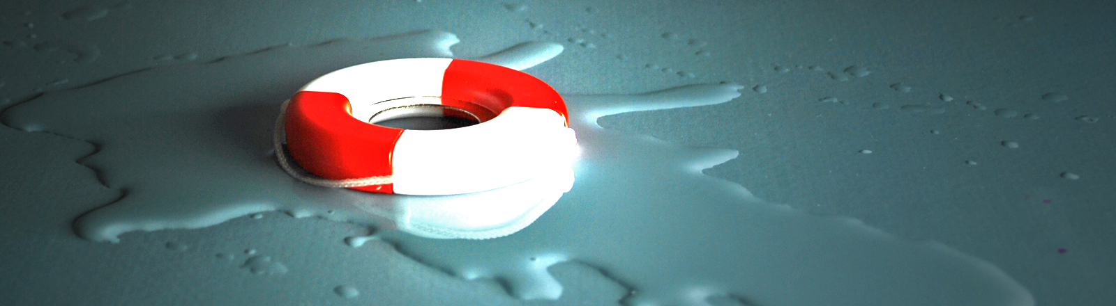 Ein Miniatur-Rettungsring liegt auf blauem Hintergrund, davor eine kleine Pfütze.
