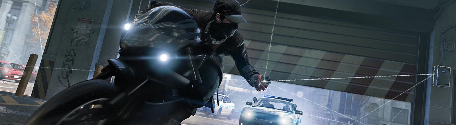 Szene aus Watch Dogs. Ein Mann auf einem Motorrad wird von der Polizei verfolgt. Er hat sein Handy in der Hand, das weiße Strahlen ausschickt.
