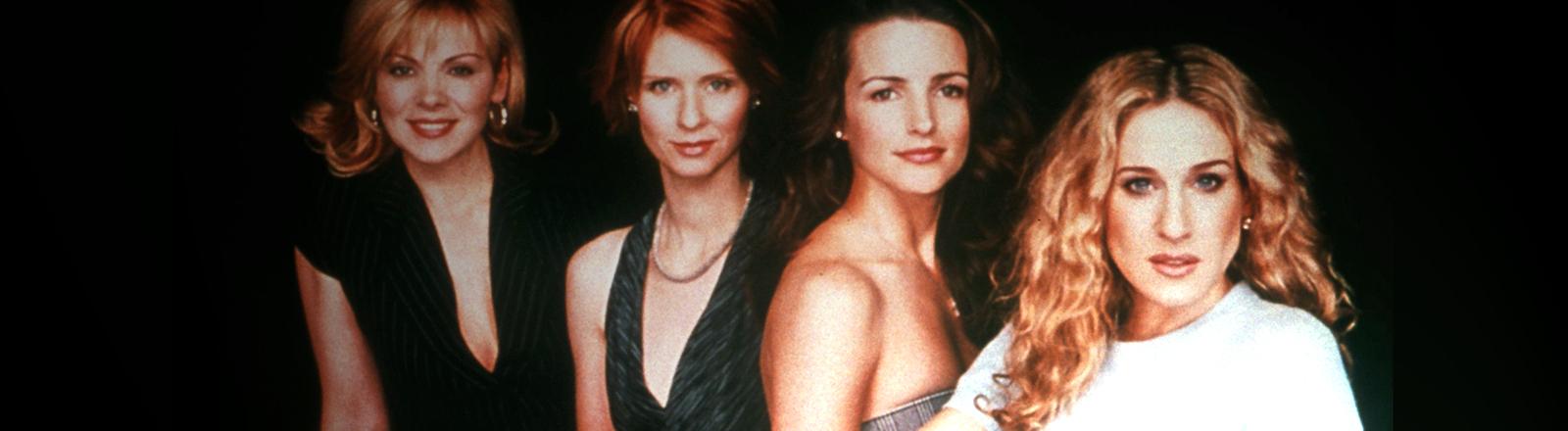 Die Schauspielerinnen Cynthia Nixon, Kristin Davis, Kim Cattrall und Sarah Jessica Parker sitzen nebeneinander; Bild: dpa