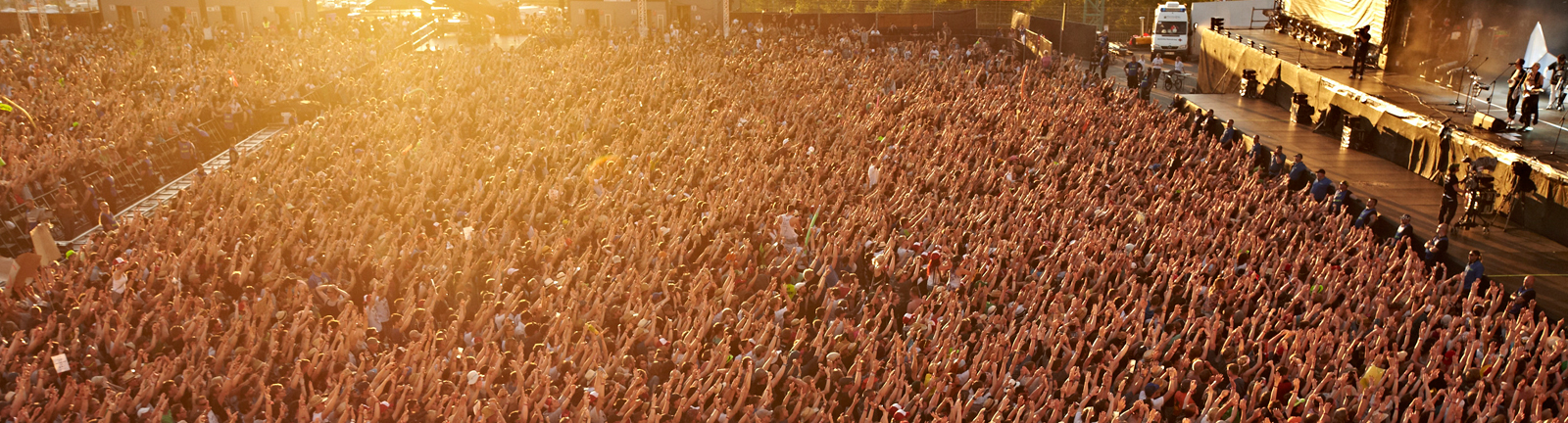 Publikum steht vor der Bühne bei Rock am Ring