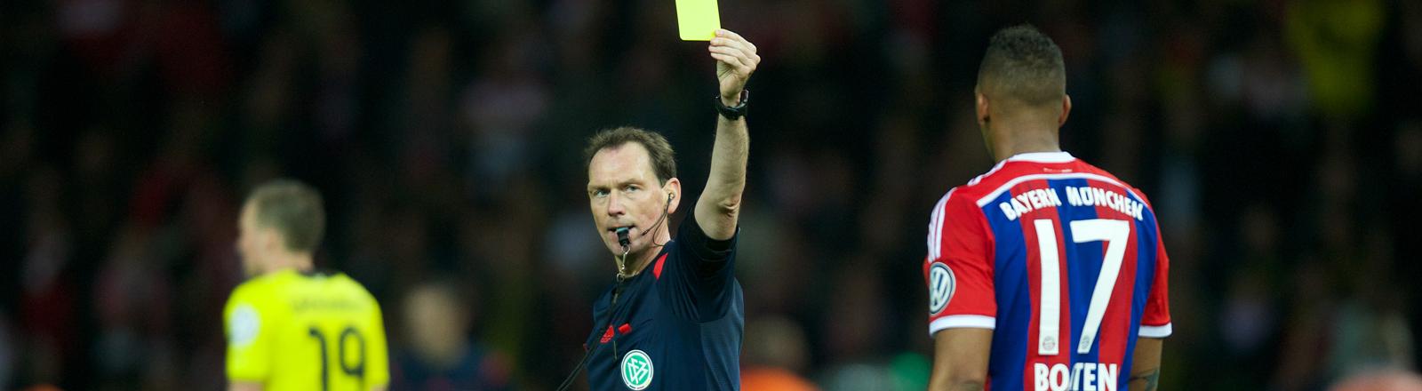 Schiedsrichter gibt gelbe Karte (Bild:dpa)