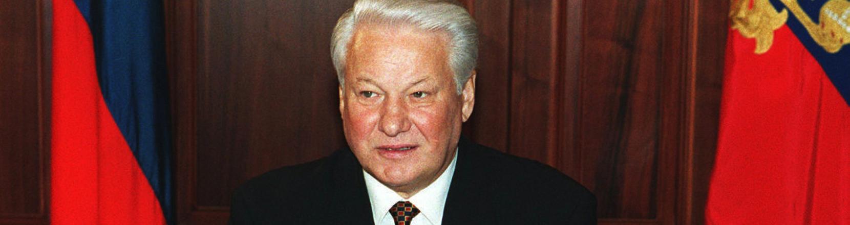 Boris Jelzin sitzt am Schreibtisch