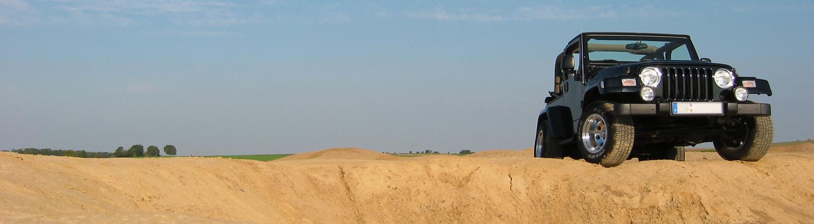 Ein Jeep auf einer Sanddüne