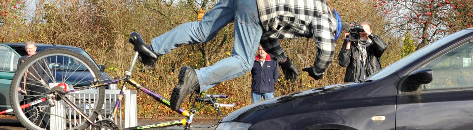 Ein Stuntman stellt einen Fahrradunfall nach