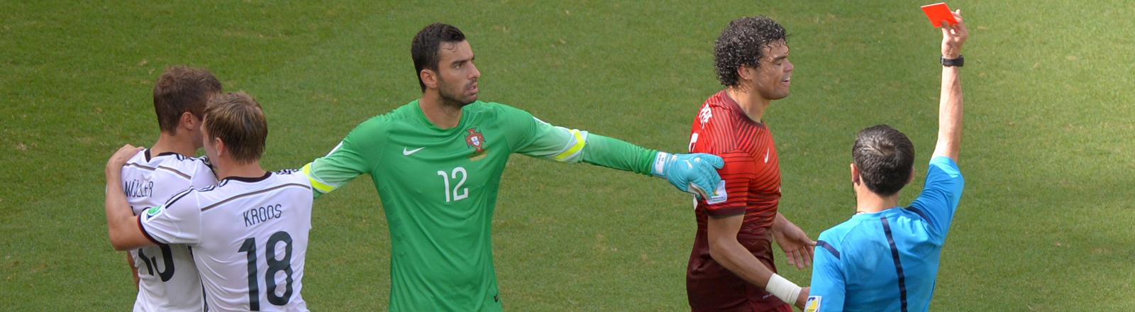 Pepe und Müller geraten beim WM Gruppenspiel aneinander