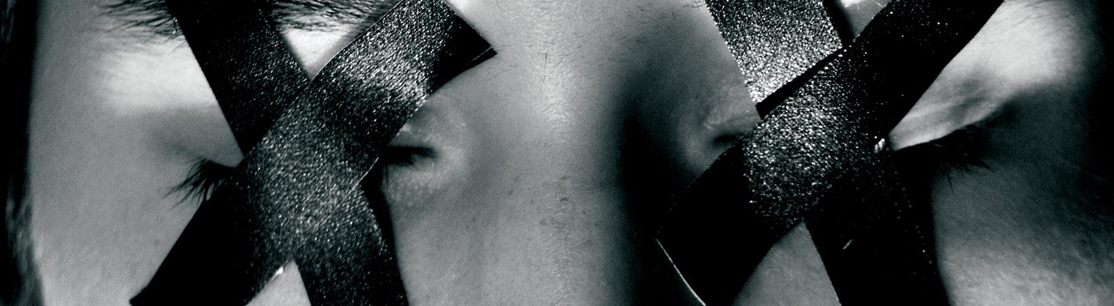 Die Augen einer Frau sind mit tape zugeklebt