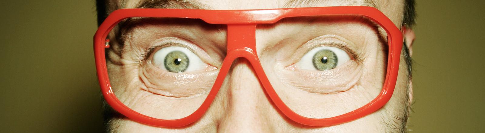 Mann mit roter Brille ohne Gläser