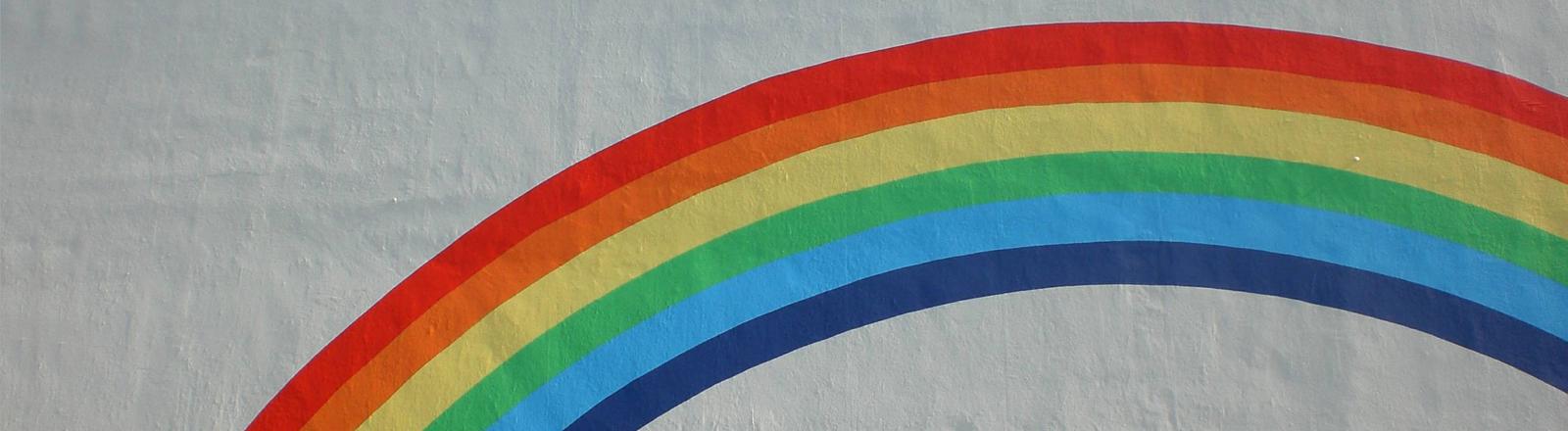 Ein Regenbogen aufgemalt auf einer Mauer