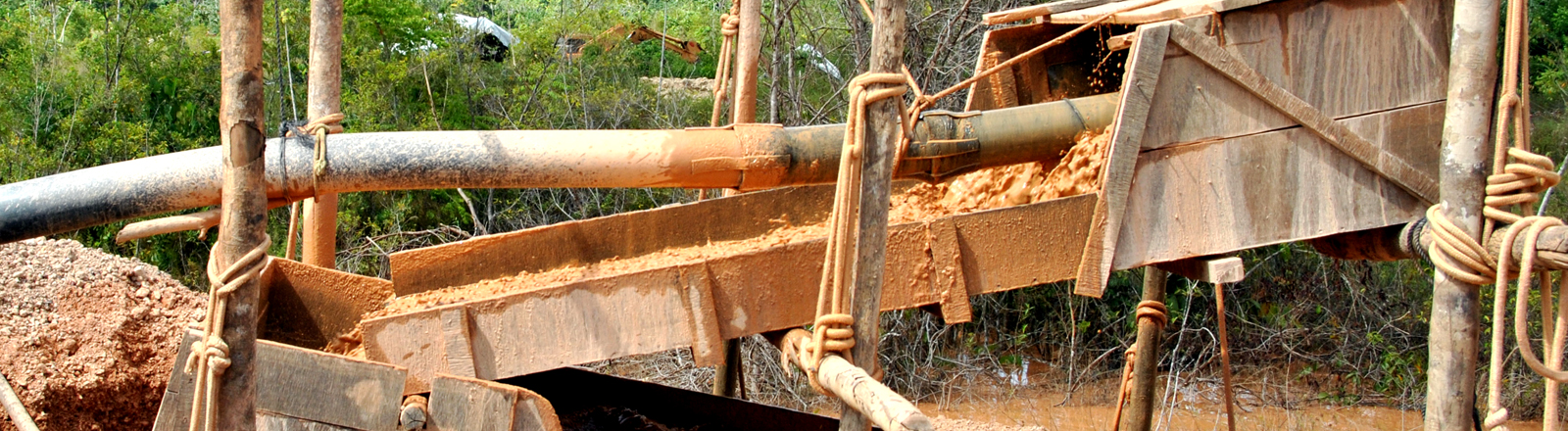 Goldabbau in Suriname: Schlamm, in dem Gold enthalten ist, läuft über Teppiche und Netze, in deren Maschen Quecksilber ist.