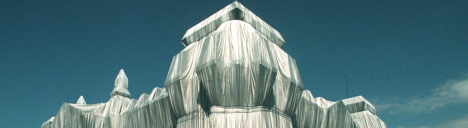 Der amerikanische Verpackungskünstlers Christo verpackte 2002 den Reichstag in Berlin.