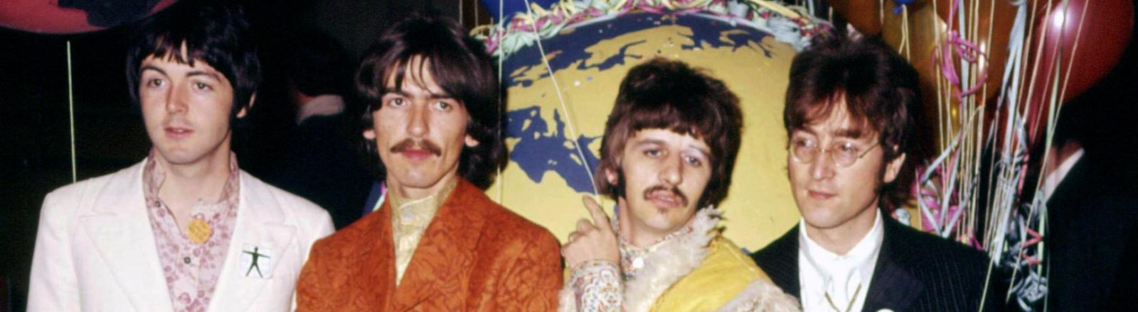 """Die Beatles spielten am 25. Juni 1967 live den Song """"All You Need Is Love"""" für die erste von der BBC weltweit ausgestrahlte Fernsehsendung """"Our World"""" aus."""