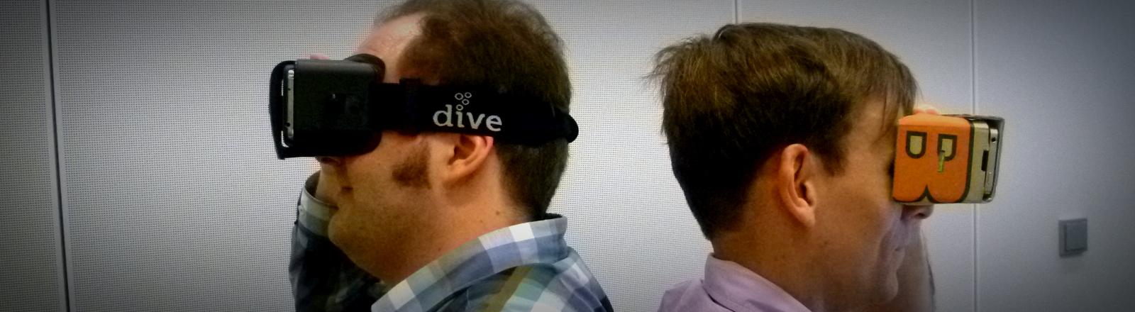 """DRadio-Wissen-Autor Michael Böddeker trägt die Virtual-Reality-Brille """"Dive"""" und Moderator Sven Preger die selbstgebastelte Google Cardboard-Brille."""