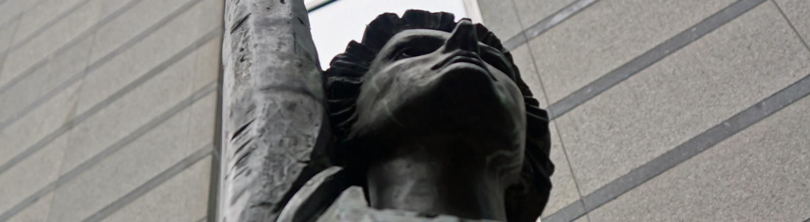 """Statue """"Europa"""" der belgischen Künstlerin May Claerhout vor dem Europäischen Parlament in Brüssel"""