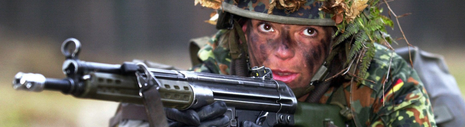 Soldatin bei Schießübungen
