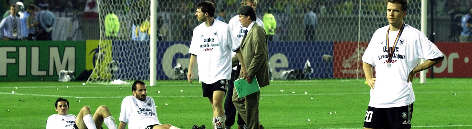 Enttäuschte Gesichter nach dem Aus im Spiel gegen Brasilien bei der WM 2002