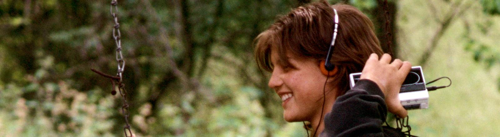 Ein junges Mädchen trägt einen Walkman. Am 1. Juli 1979 stellte Sony seinen ersten Walkman vor.
