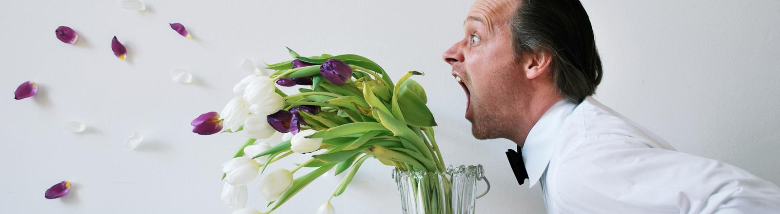 Mann brüllt eine Pflanze an