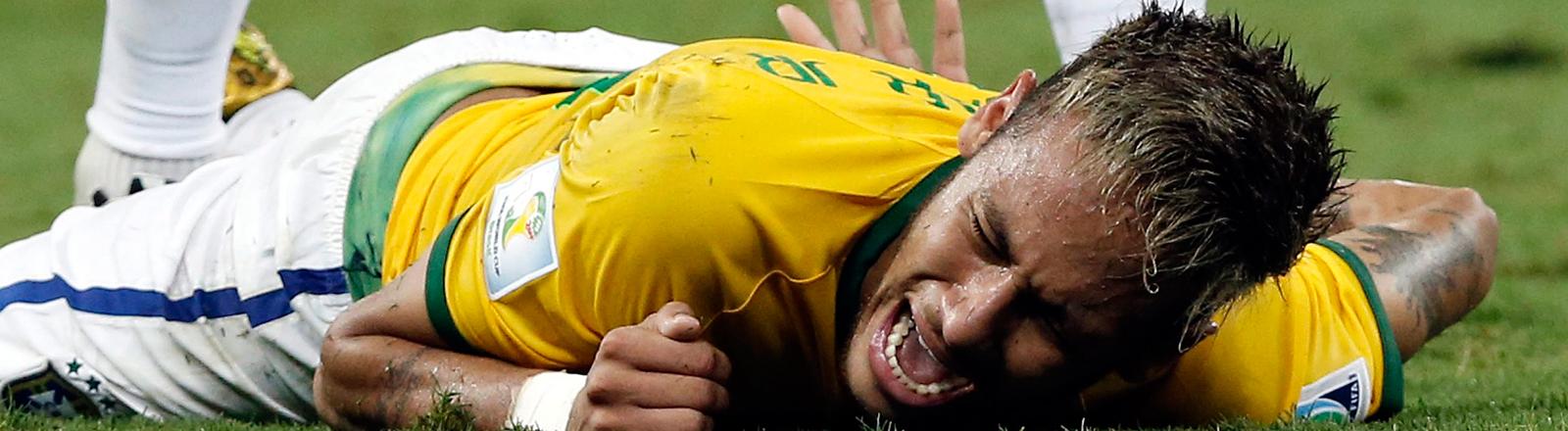 Neymar liegt am Boden