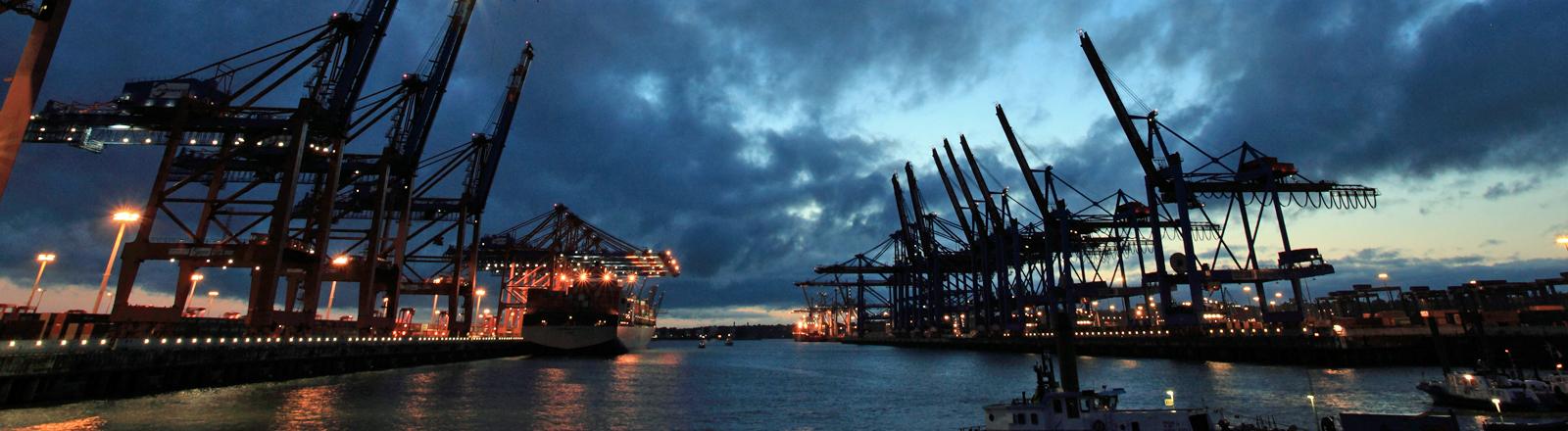 Ein Blick auf das Container-Terminal in Hamburg.