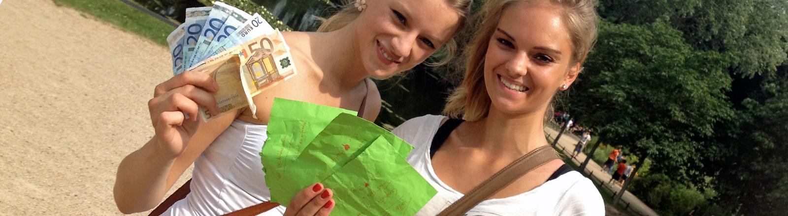 Die Schwestern Julia (25) und Annika (20) sind Glückspilze: Drei Umschläge mit 200 Euro haben die beiden erbeutet Weil Julia morgen Geburtstag hat, wollen sie ihre ganze Family zum Essen einladen.