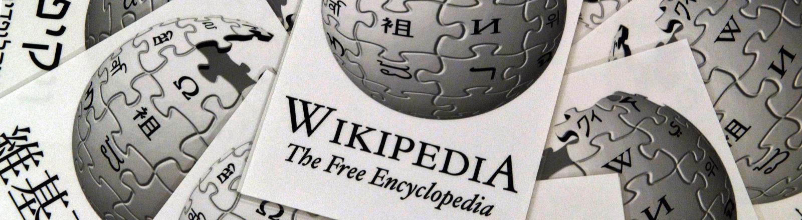 Das Wikipedia-Logo mit Schriftzug.