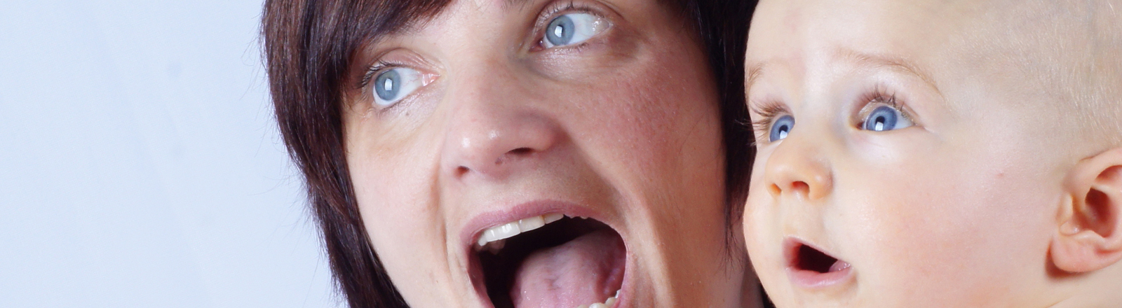 Eine Mutter und ihr Baby reißen ihre Augen und Münder vor Schreck oder Staunen weit auf. Aaaaah!!!