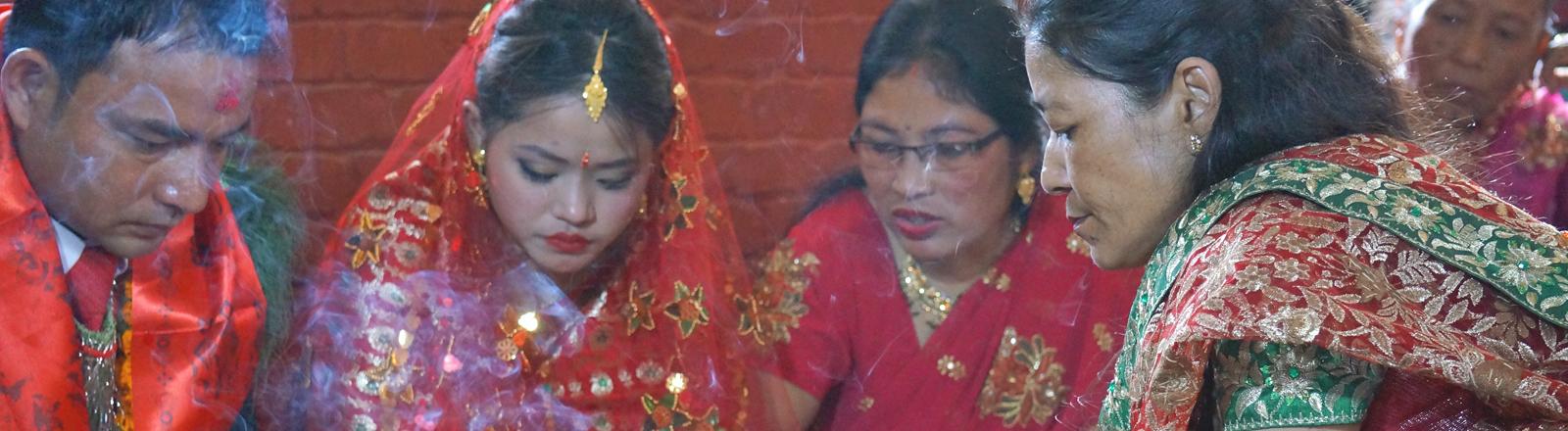 Braut und Bräutigam auf einer nepalesischen Hochzeit.