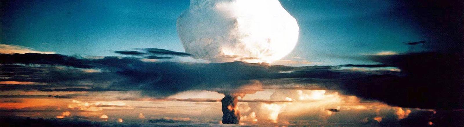 Am 1. November 1952 zündeten die USA auf einem Atoll der Marshall-Inseln im Pazifik die erste Wasserstoffbombe.