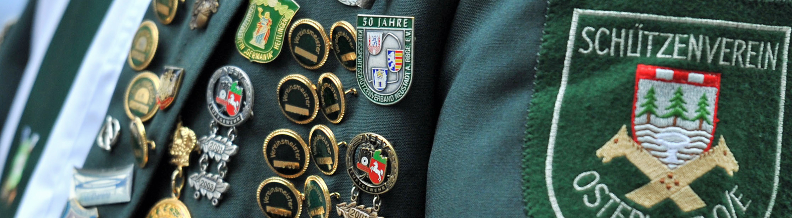 Mit zahlreichen Orden an der Brust zieht am Sonntag (04.07.2010) ein Teilnehmer des traditionellen Schützenausmarsches durch Hannover.