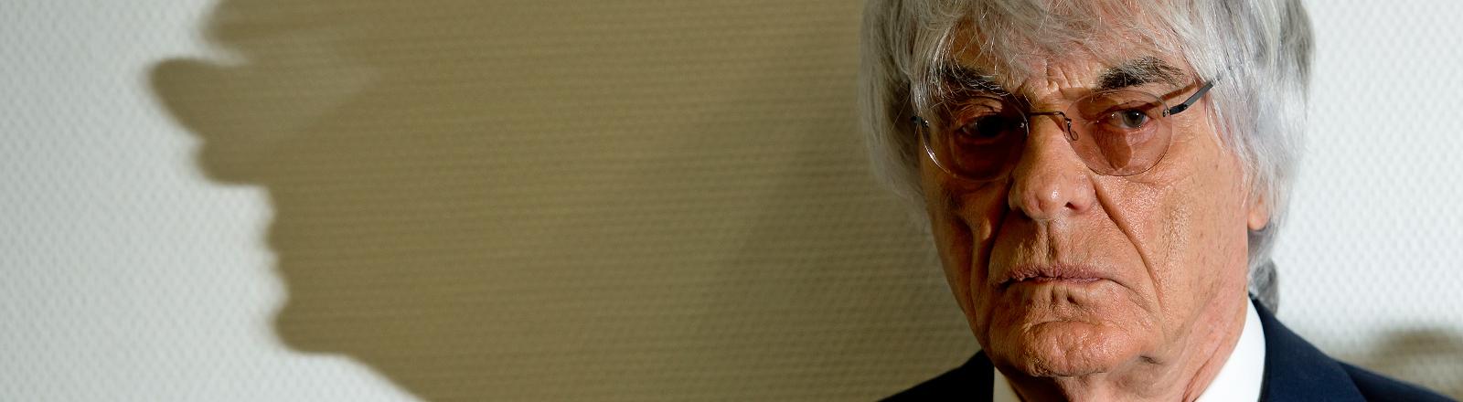 Am 05.08.2014 steht der Formel-1-Boss Bernie Ecclestone in München vor Gericht und wirft einen diabolischen Schatten an die Wand.