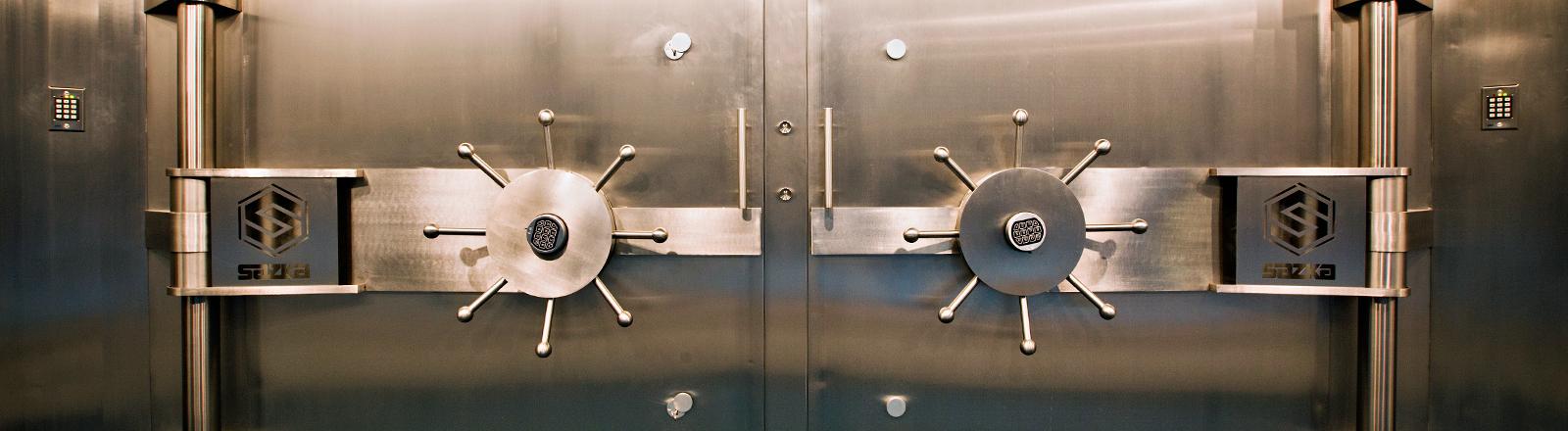 Die Stahltür eines dicken, fetten Tresors.