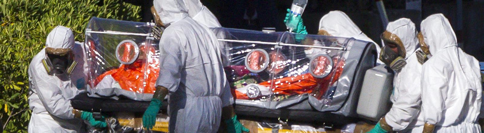 Ein Ebola-Infizierter wird in ein Krankenhaus in Madrid eingeliefert