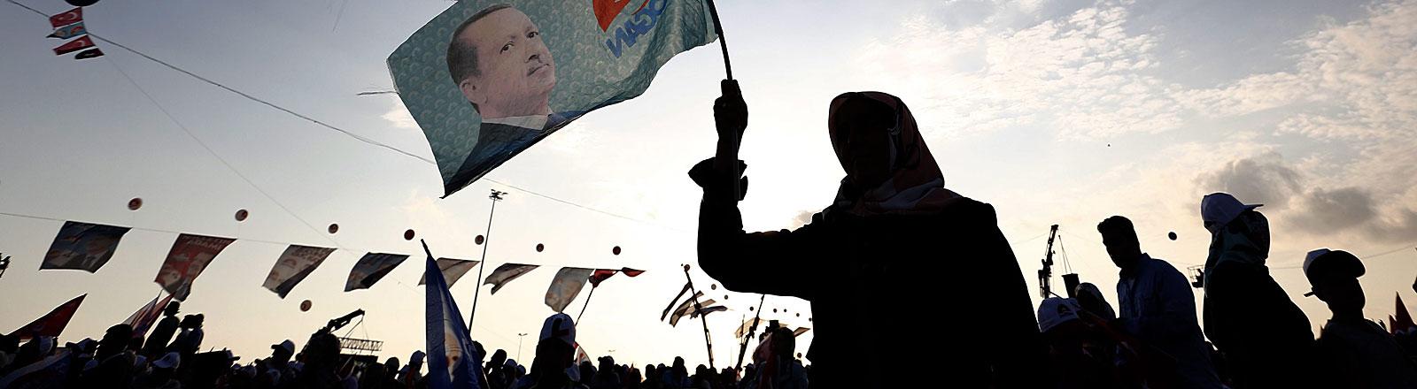 Erdogan-Anhänger halten Fahnen mit dem Portrait des Präsidentschaftskandidaten hoch