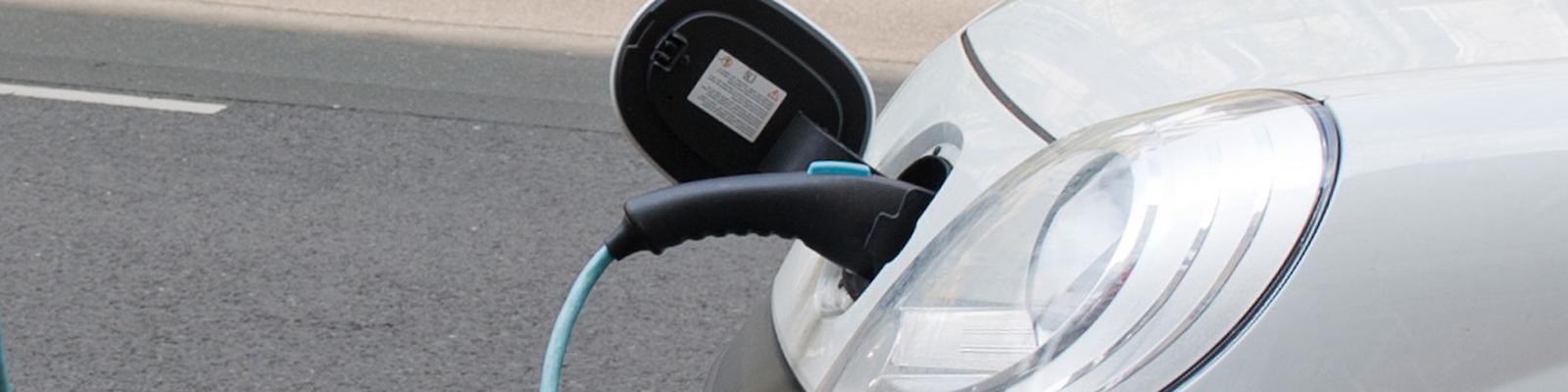 Ein Elektroauto wird aufgeladen.