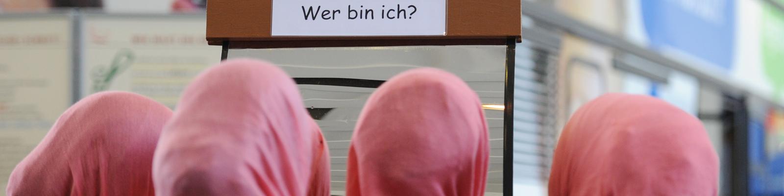 Junge Musliminnen bei einer Jugendmesse in Berlin 2011
