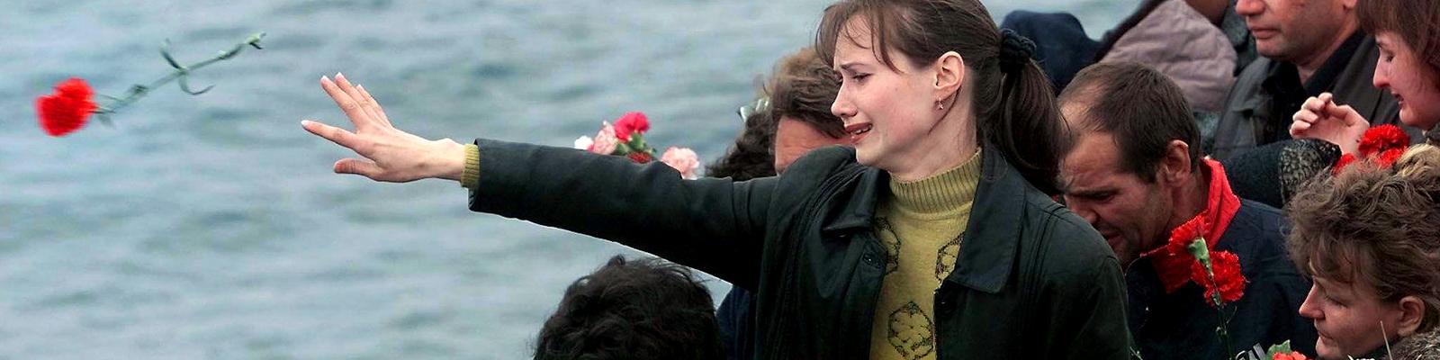 Angehörige nehmen Abschied von den 118 Seeleuten, die in dem russischen Atom-U-Boot Kursk 2000 ums Leben kamen.