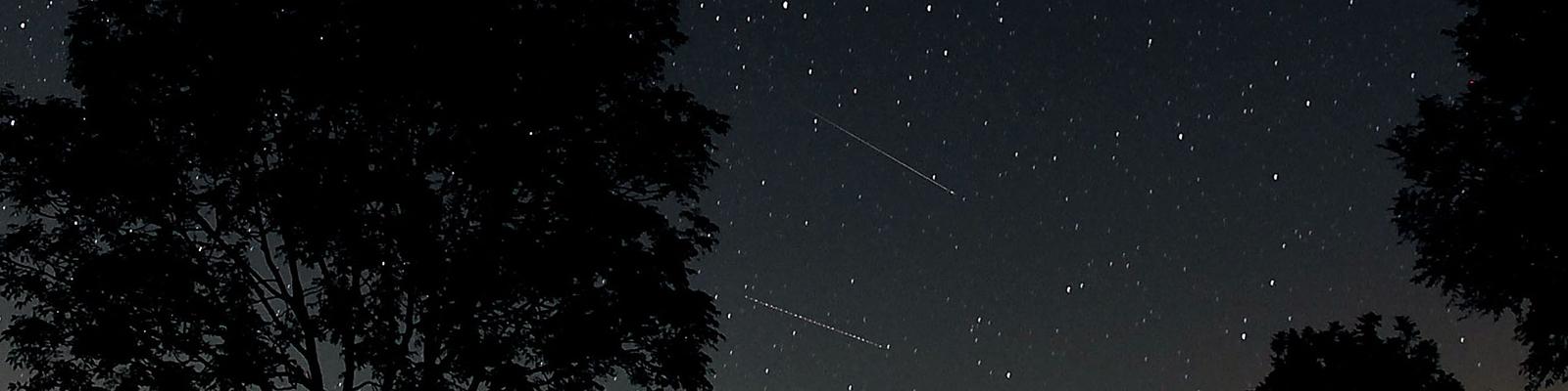 Immer am 12. August kreuzt die Bahn des Kometen Swift Tuttle, dann sind die Perseiden gut zu sehen.