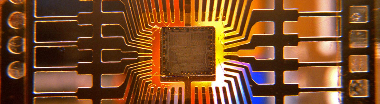 Ein im VEB Robotron Dresden hergestellter Mikro-Chip, aufgenommen 1988