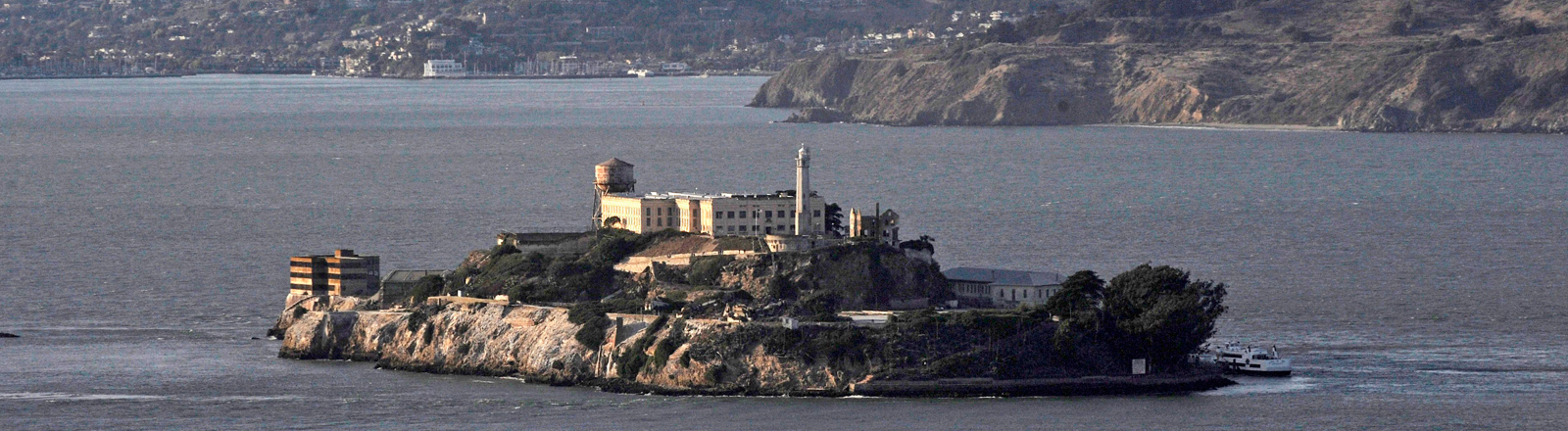 Die Gefängnisinsel Alcatraz, im Hintergrund sieht man die Bucht von San Fransisco; Bild: dpa
