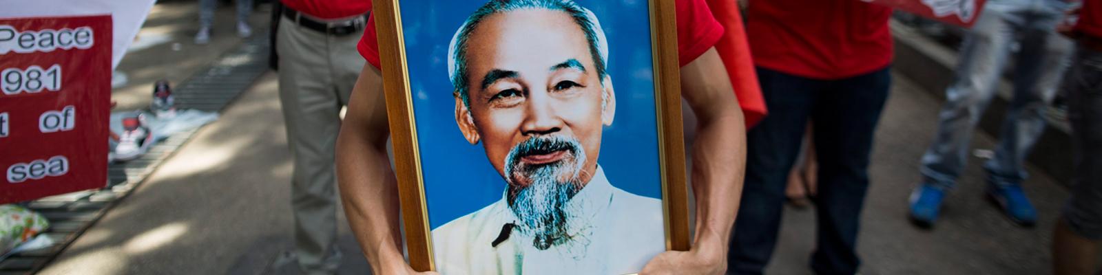 Am 25. August 1945 erkämpfte der Revolutionär Ho Chi Minh die Unabhängigkeit Vietnams. Ein Demonstrant hält sein Porträt aus Protest gegen die China-Politik.