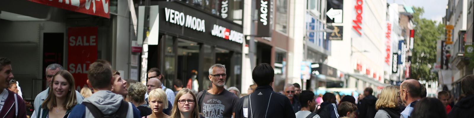 Passanten in der Kölner Einkaufsmeile Hohe Straße