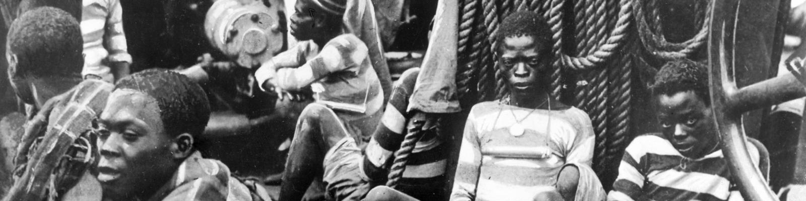 Afrikanische Sklaven werden im 19. Jahrhundert auf einem Schiff wie Vieh nach Amerika transportiert und verkauft.