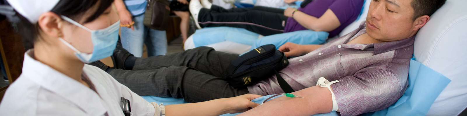 Ein Mann spendet im Krankenhaus Blut.