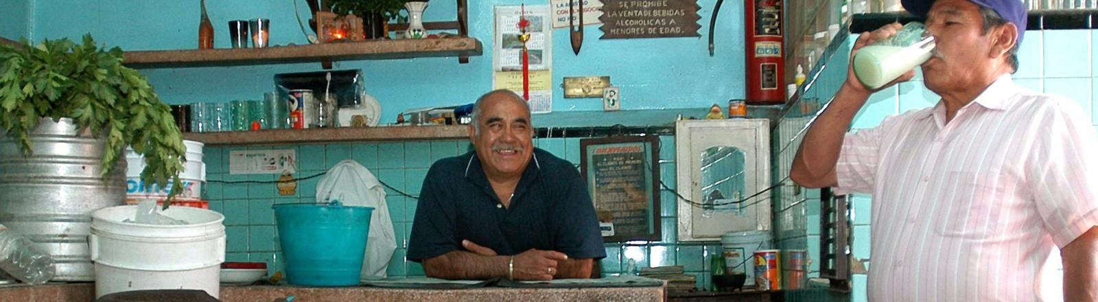 Männer in einer Bar in Mexiko trinken Pulque
