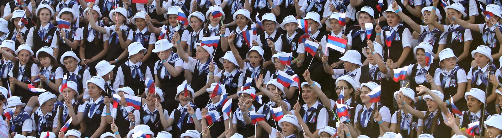 Kinder in Jalta jubeln während des russischen Nationalfeiertags.
