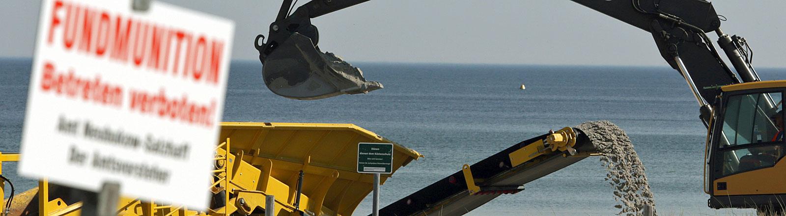 Am Ostseestrand von Rerik (Mecklenburg-Vorpommern) wird am 22.05.2014 mit schwerer Technik nach Munition gesucht.