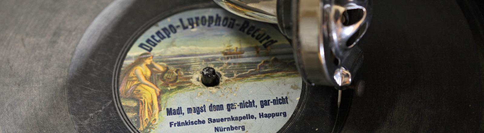 Eine Schellack-Platte auf der die Plattennadel liegt; Bild: dpa