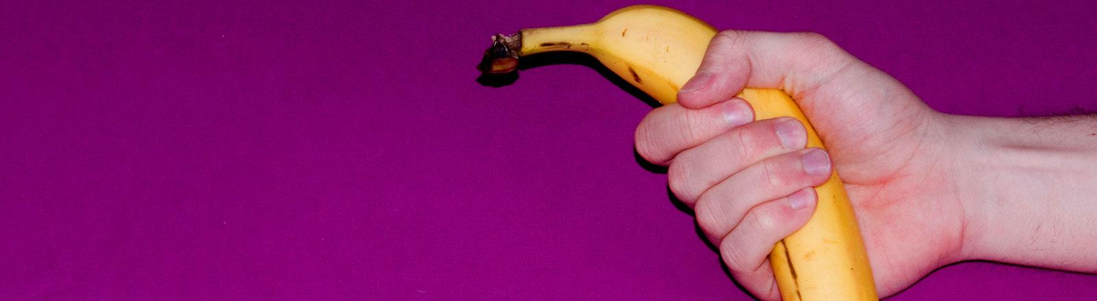 Eien Hand hält eine Banane.