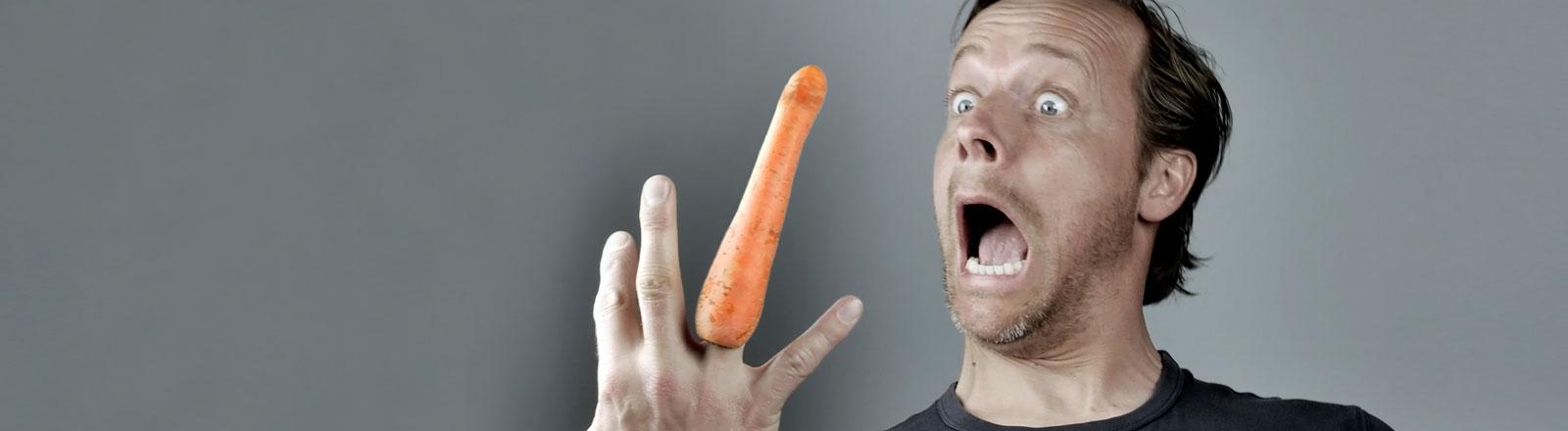 Ein Mann mit einer Karotte als Ringfinger.