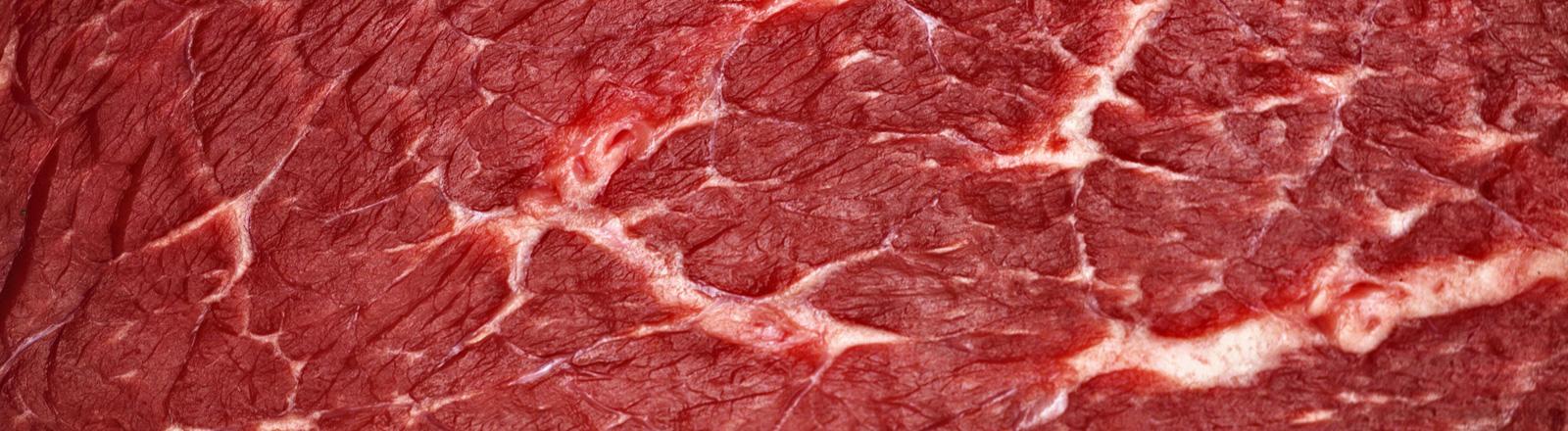 Ein rohes Stück Fleisch in Nahaufnahme.